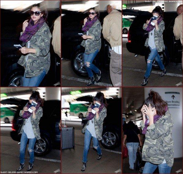 Selena a été vue le 30 Mars, à l'aéroport de LAX, Los Angeles.