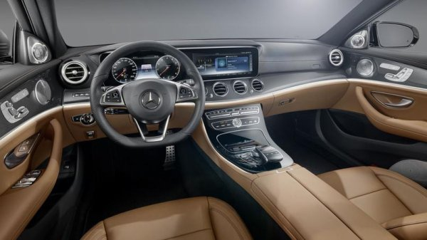 Mercedes dévoile l'habitacle de la future Classe E .
