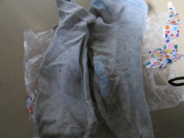 Les chaussettes de Cassy portées pendant 8 jours, que j'ai reçu. On peut apercevoir des traces sombres dessus, qui correspondent à des tâches de transpiration, car par messages elle m'a bien soulignée, qu'elle faisait beaucoup de sport, elle est a portées, jours et nuits bref un régal pour le nez ;)