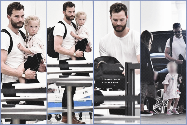 . 09/03/18.─ Jamie Dornan , sa fille Dulcie et sa femmeAmélia était à l'aéroport de Los Angeles. J'adore la tenue de Jamie, sa petite Dulcie est vraiment trop mignonne , j'adore comment elle est coiffée! TOP. .