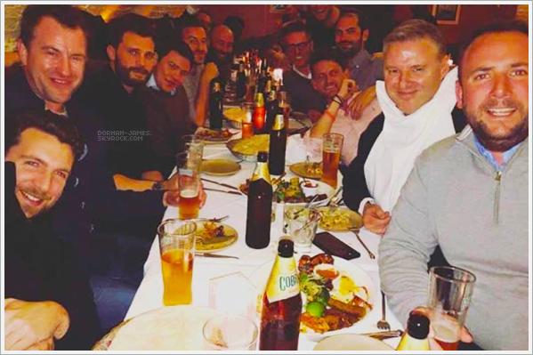 . 31/01/19─Jamie et des amis ont était vus au dans un restaurant Indien à Londres. Trop Génial! Jamie prenant du bon temps entourer d'une bande ce copains! Ils ont étaient vus à table dans un restaurant indien . TOP .