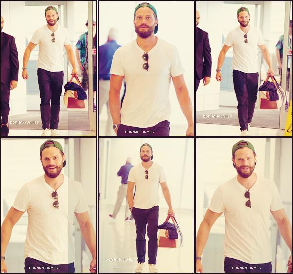 . 07/06/19─ Jamie Dornan a été aperçue a l'aéroport JFK a New York tout sourire . Habillé d'un t-shirt blanc , d'une paire de chaussure blanche , d'un jeans et d'une casquette verte , Jamie est canon! .