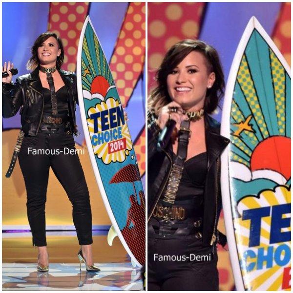 10 août 2014 | Candid |Demi a été présente au Teen Choice Awards Elle y a performé et reçu un award