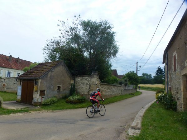Mercredi 14 juin - 102 km de vélo en solo - Pour aller encourager Claude (blog: Claude-fait-du-vélo) au ravito de Courson-les-Carrières - 1ère étape du Paris-Nice-Cyclo