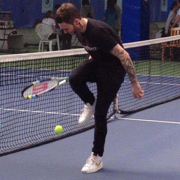 Nony joue au Tennis