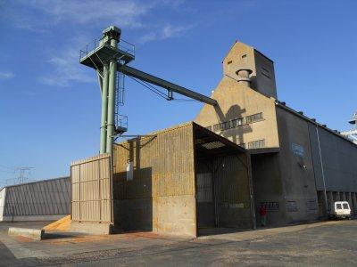 moisson maÏs 2010 avec une case 6088  avec un jd et une 14 tonnes et un mtx et une 14 tonnes