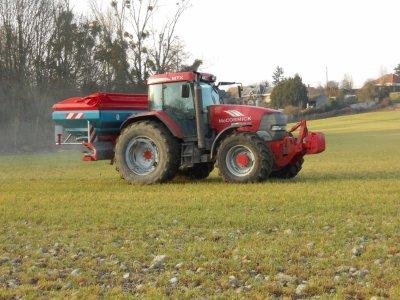 épendage d'engais avec un tracteur MTX  et un épendeur sulky  X 44