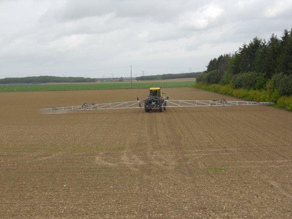 taitement avec un automoteur artec f 40 dans un champs de maïs