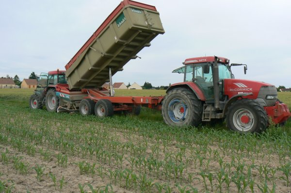 semis d'engrais avec un semoir sulky et un Mccormick