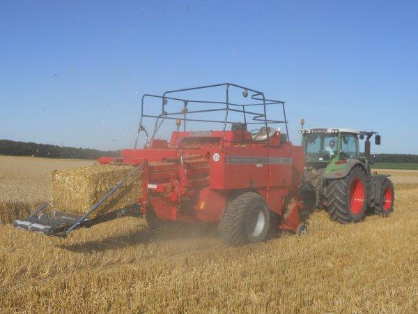 pressage de paille avec un tracteur fendt un téléscopique scorpion et une presse massey