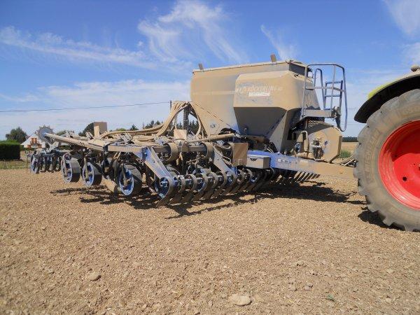 semis de colza avec un class axion 820 et un semoir  kockerling