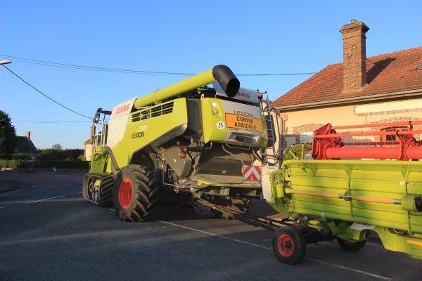 gros chantier de moisson dans le Loiret avec une lexion 770 tt  et le déchaumeur qui suis juste derrière avec un axion 920 reportage a suivre