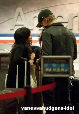 04/12/2011 : Vanessa et Austin vus à l'aéroport de LAX, Los Angeles + Ash'