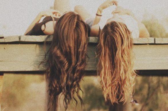 Une blonde .... Une brune .... deux amies ... Une amitiée !! <3