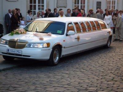 voici la voiture d'un mariage