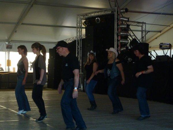 les danseuses en costumes d'antan et les danseurs country rencontre entre génération a Steinbourg