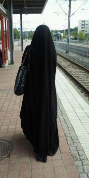 Ce qui est requis des femmes musulmanes est la modestie et la pudeur   ( Shaykh Salih Ibn Salih l-Fawzan - l-Muntaqa min l-Fatawa - vol.3 )