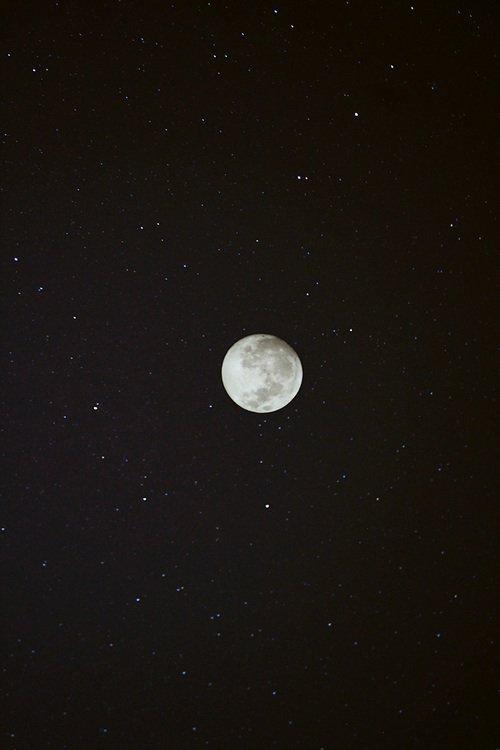 Petite histoire d'un homme qui trouvait sa femme plus belle que la lune...