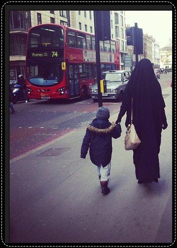 D'après 'Abdullàh Ibn 'Amr Ibn Al 'As (radia Allah anh), un homme demanda une fois au Prophète (salla Allah alayhi wa salam): « Quel est le meilleur Islam? » Il lui dit : « Tu donnes à manger et tu salues ceux que tu connais et ceux que tu ne connais pas. » (Rapporté par Al-Boukhâri n°6236, Mouslim n°39, Ahmad 2/169, Abou Dâwoud n°5494, An-Nasâi 8/107, Ibn Hibbân n°505).