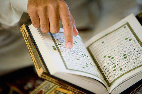 """Al-Hassane Al-Basri (qu'Allah lui fasse miséricorde) a dit :     """"qu'Allah fasse miséricorde à un serviteur qui se juge lui-même, ainsi que ses actions, selon le Coran ; s'il suit le Coran, il loue Allah pour cela et lui demande d'augmenter ses bonnes actions ; et s'il ne suit pas le Coran, il se fait des reproches et retourne sur le bon chemin""""."""