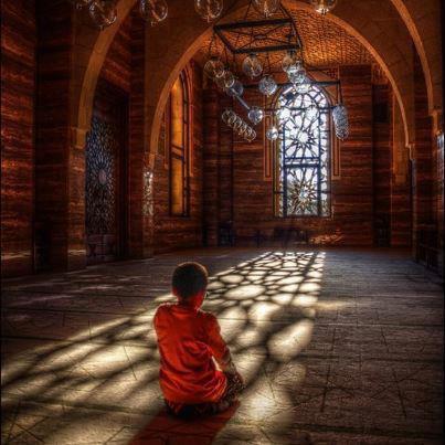 Au nom d'Allah, le Tout Miséricordieux, le Très Miséricordieux.  D'après Ibn Omar (qu'Allah les agrée), le Prophète (que la prière d'Allah et son salut soient sur lui) a dit: « L'injustice est ténèbres le jour de la résurrection ». (Rapporté par Boukhari dans son Sahih n°2447 et Mouslim dans son Sahih n°2579)