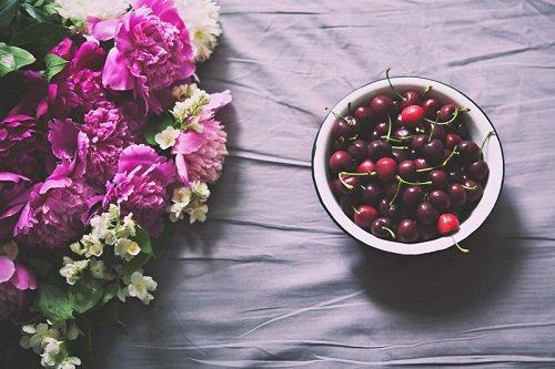 Un homme dit : « J'ai vu Bichr debout devant les vendeurs de fruits en train d'observer, je lui dis alors : « Peut-être as-tu envie de quelque chose de cela ? », il répondit : « Non, en fait je réfléchissais sur le fait que si Allah donne à manger de cela à celui qui Lui désobéit, alors qu'en sera-t-il de celui qui Lui obéit ? »     [Sources : »L'histoire des compagnons et des pieux prédécesseurs, Ibn Al Jawzy, Editions Al Houda