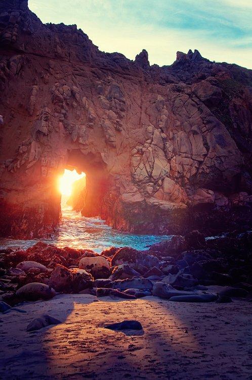 Rappelle toi qu'avec l'aube de ce vendredi il y a un bien aimé pour toi et pour ton seigneur et qui s'attend à ce que tes prières lui parviennent, il y a une tombe sombre qui attend de recevoir de la lumière par ta récitation de la Sourate de la Caverne, il y a un moment où les prières sont exaucées et que ce moment t'attend pour rehausser ton statut auprès de ton Seigneur, il y a un frère lointain qui attend une prière de ta part en sa faveur.
