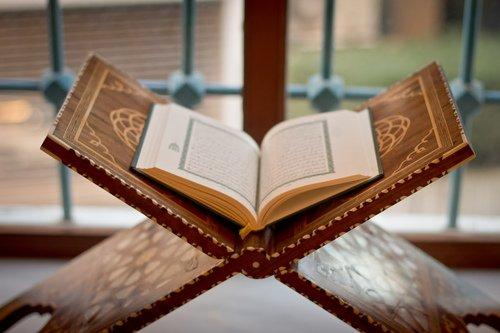 Ibn Taymiyah rahimaho  Allah a dit : La mère du Coran (al Fatiha), son debut est louange, son milieu est Tawhid et sa fin est invocation [Djâmi ar Rasâ.il 1/108]