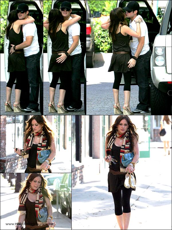 . FLASHBACK (8 Août 2007) ~ Hilary quittant son homme Mike pour aller à un salon de manucure. Mignon la main aux fesses :D .