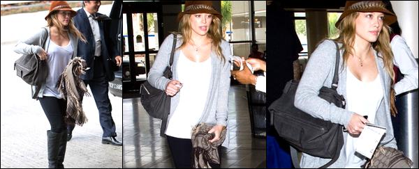 .  Lundi 13 Septembre (A.M) : Hilary à l'aéroport de Los Angeles afin d'aller à New York. Une tenue bien decontracte et originale !.   Lundi 13 Septembre (P.M) : Hil' au BGC Charity Day afin de répondre à quelques appels téléphoniques pour récolter des fonds....