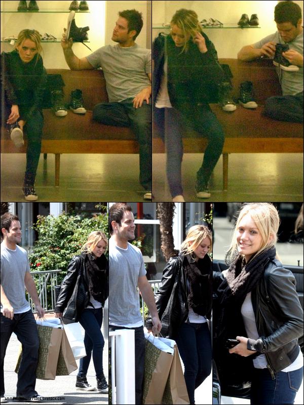 . FLASHBACK (01 Octobre 2008) ~ Hilary s'accordant une après-midi shopping en compagnie de Mike qui est aujourd'hui son mari. .
