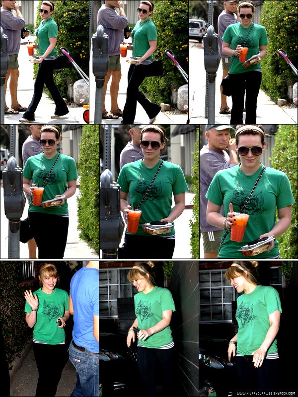 . Mardi 29 Mars : Miss Hilary se dirigeant vers son cours de gym puis sortant quelques heures plus tard d'un salon de coiffure....