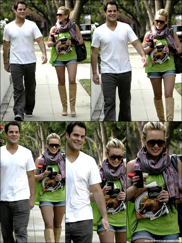 . FLASHBACK (25 Juin 2008) ~ Hil' s'accordant une après-midi promenade en compagnie de son chéri Mike. Tellement mignons ! .