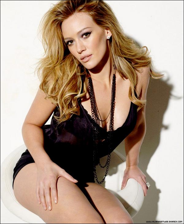 .  Hilary Duff élue 40ème femme la plus sexy du monde de l'année 2011 d'après le mag' Maxim !     . Voilà la troisième année que l'actrice, chanteuse et romancière Hilary Duff figure dans le classement des 100 femmes les plus hot de l'année (27ème en 2010 et 31éme en 2009). Ex-ado idole des jeunes Américains, Hilary Duff est devenue une jeune femme qui accepte ses rondeurs ainsi que son côté sexy; malgrès une periode de grande perte de poids. Aujourd'hui, elle se sent bien dans sa peau et rien ne changera son point de vue osant même montrer certaines parties de son corps avec des tenues avantageuses et tout cela sans aucune honte. J'ai envie de dire qu'elle a bien raison et que la taille 0 devrait être oubliée...  . Trouves-tu Hilary Duff sexy et penses-tu qu'elle mérite cette si bonne place ? Dis moi tout !    .