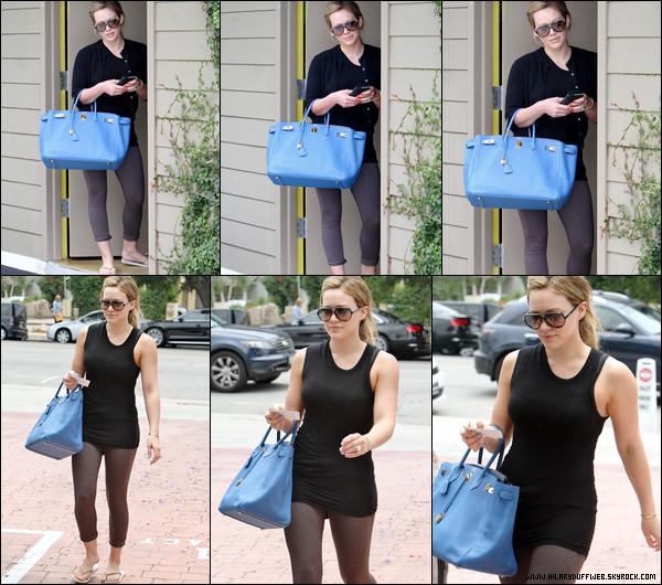 .  Mardi 14 Juin : Hilary, habillée avec un style assez particulier, se promenant dans Hollywood en compagnie de sa mère Susan...   Jeudi 16 Juin : C'est une Hilary avec le visage blanc comme un cachet d'aspirine qui quitta un restaurant situé à Los Angeles.....  Vendredi 17 Juin : Hil' sortant probablement d'un cours de sport à Los Angeles; à voir ses cuisses, on s'aperçoit qu'elle mincit....