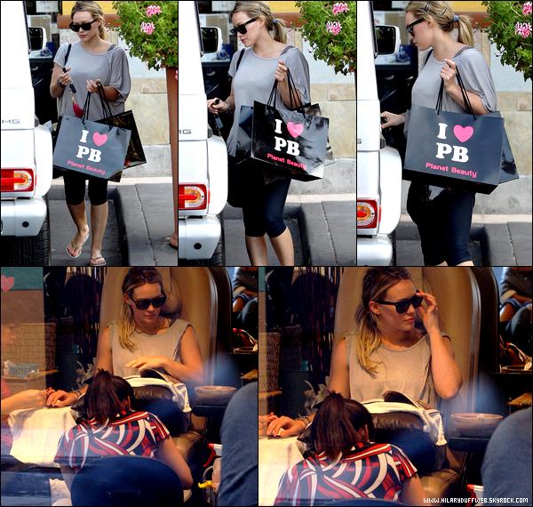 """.  Vendredi 15 Juillet : Madame Hilary Duff-Comrie, vêtue d'une certaine classe, quittant un centre médical situé à Beverly Hills...   Mardi 19 Juillet : Hil' se rendant aux studios de """"Funny Or Die"""". Enregistrera t-elle une vidéo pour l'émission ? Unique projet ?..  Mercredi 27 Juillet : Hilary faisant quelques achats puis dans un salon de manicure/pédicure à L.A. Hey, what did you expect ?."""