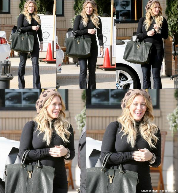 """. Lundi 26 Septembre : Hil' riant aux éclats à Beverly Hills après avoir fait une petite séance shopping chez """"Barneys"""".."""