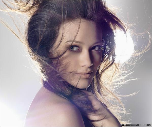 """.  En exclusivité sur HDW, Hilary Duff et sa grossesse : bilan et conséquences !     . Voilà déjà quelques mois que Hil' annonca sur son site officiel et sur twitter qu'elle était enceinte de son premier enfant, une nouvelle qui chamboula tous les médias et ce sujet resta numéro 1 sur Twitter durant quelques jours. Alors que beaucoup de personnes pensaient qu'elle était enceinte de seulement 1 ou 2 mois, Hil' annonca le mois dernier lors de la promo' brésilienne de son roman """"Elixir"""" qu'elle était déjà enceinte de 4 mois; l'accouchement serait alors prévu pour le mois de Février. Cet heureux évènement met alors fin à sa participation dans le film """"Bonnie & Clyde"""" qui était en préparation depuis 3 ans. La productrice du film annonca que Hil' était récalée du film pour cause de non disponibilité pour le tournage qui commencera en Mai alors que notre chère Duff est censée accoucher en Février... Mauvaise excuse de la part de la productrice pour la virée ? Telle est la question mais 100.000 $ sont à présent dans le compte d'Hil' grâce à son annulation de contrat. La future maman s'explique sur ce sujet en disant que bébé passe avant toute chose et rassure ses fans en disant qu'elle prépare en même temps que sa grossesse un nouvel album avec un son dance comme son album """"Dignity"""". Tout est bien qui finit bien !   ."""