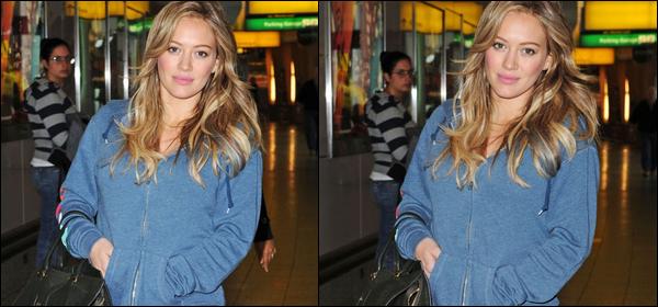 .  Mercredi 12 Octobre : Hilary à l'aéroport de New York après avoir fini sa promo' New Yorkaise. Maintenant, départ pour L.A. !   Jeudi 13 Octobre : Hil' arrivant tôt dans la matinée à L.A après un long trajet de vol. .Tout mignon son petit ventre de maman ! .