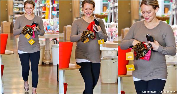 . Jeudi 22 Décembre : Hil' se consacrant à une séance de shopping dans une boutique de Studio City à Los Angeles..