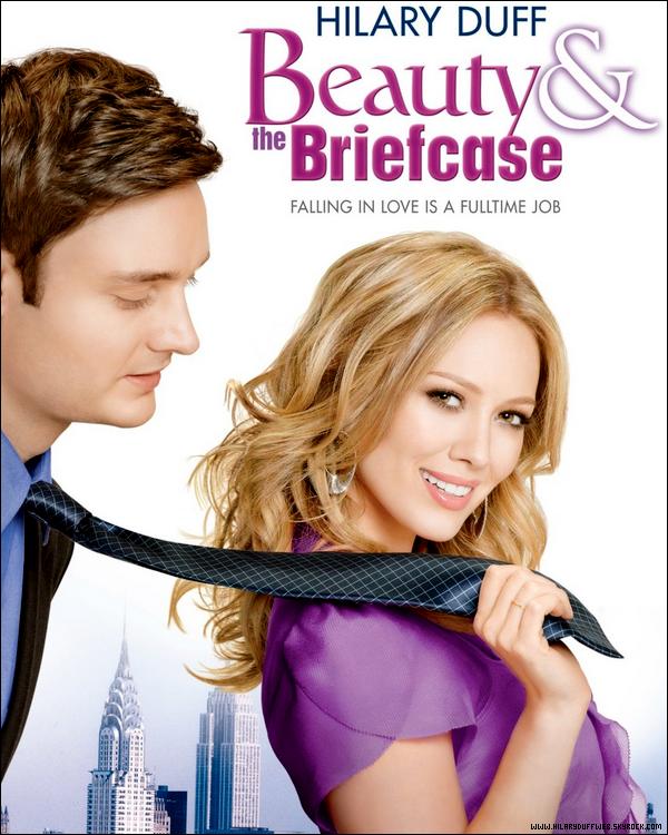 """.   « Beauty and The Briefcase » sera diffusé le Lundi 13 Février sur la chaîne M6 à 13h45 !    . Enfin une bonne nouvelle pour les fans et admirateurs français de la belle Hilary Duff, son téléfilm sentimental « Beauty and The Briefcase » traduit chez nous par « Love & the City » sera diffusé une nouvelle fois sur M6 mais cette fois-ci le 13 Février à 13h45. Voici un trailer ainsi qu'un résumé du téléfilm : """"Lane, journaliste de mode et célibataire, cherche le grand amour à New York. Lorsqu'elle décroche un entretien chez Cosmopolitan, elle propose un article sur comment trouver l'amour en ville. Elle réussit à se faire engager par une compagnie financière et mène son enquête en immersion au beau milieu de businessmen en costumes."""".  Et pour plus vous convaincre chers visiteurs de HDW, voici ma critique sur le téléfilm : « Beauty and The Briefcase » est un film bien sympathique, agréable pour les jeunes et les adolescents. Les personnages sont vraiment drôles, attachants et Hilary Duff y apporte une touche de gaieté. Cependant, l'intrigue principale est assez banale et commune... mais l'ensemble du film reste tout de même bon et est bien pour se détendre. Profitez alors de cette chance pour voir ce téléfilm malgré qu'il soit diffusé un jour de semaine...  . Penses-tu voir le téléfilm « Love & the City » ce jour-là ? Ou l'as-tu déjà vu ?     ."""