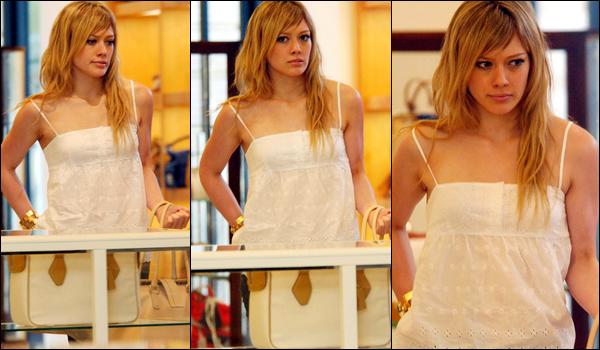 . FLASHBACK (06 Juin 2005) ~ Hilary faisant une journée shopping en compagnie de Joel Madden.__Mlle. serait-elle capricieuse ?!  .