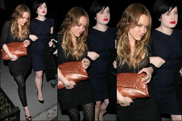 . FLASHBACK (21 Décembre 2007) ~ Hil' quittant un restau' en compagnie de la chanteuse brittanique Kelly Osbourne à New York. .