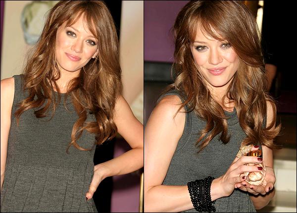 """. FLASHBACK (15 Septembre 2006) ~ Hilary présentant son parfum """"With Love"""" lors d'une conférence de presse située à New York. ."""