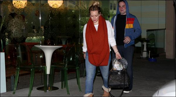 """. Lundi 23 Avril : Nos jeunes et beaux parents H&M s'achetant à dîner au supermarché """"Trader Joe's"""" de Studio City.."""