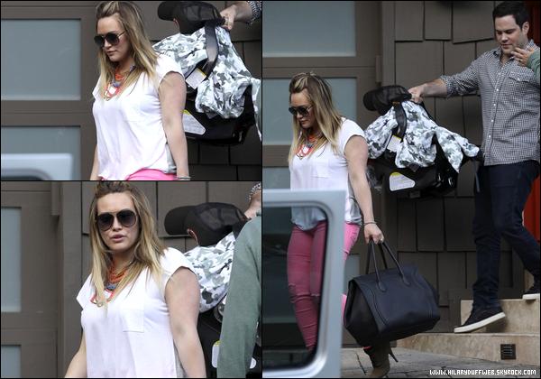 . Samedi 19 Mai : Première sortie de la famille Duff-Comrie ! Hilary, Mike et le petit Luca quittaient ensemble leur domicile à L.A....