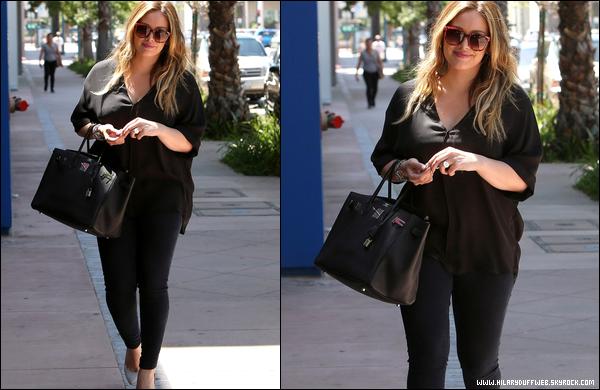 . Mardi 22 Mai : Hil' quittant le « Art Institute de Californie » à Hollywood. .A force de sourire, elle va se décrocher la mâchoire !.