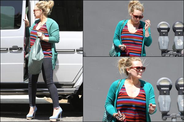 """. J. 31 Mai : Notre ravissante Duff se la jouant belle gosse en allant et quittant le salon de coiffure """"Nine Zero One"""" à Hollywood. ."""