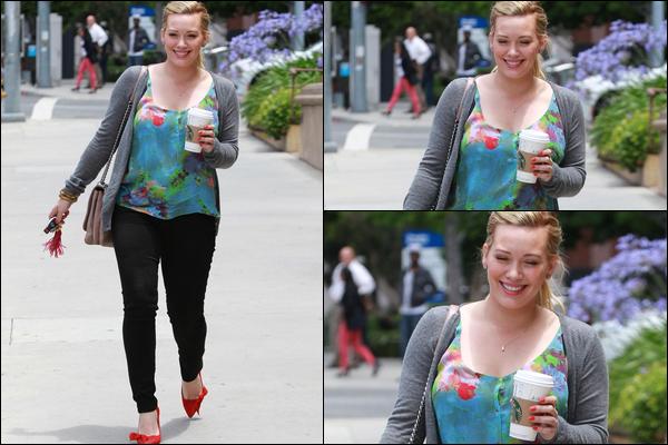 . Mercr. 13 Juin : C'est avec un grand sourire que la Duff a été aperçue se promenant dans Studio City avec un Starbuck en main..