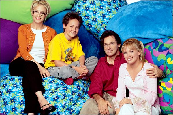 """.   Dossier spécial en exclusivité sur HDW : Hilary Duff en quelques séries télévisées américaines...    . En 2001, Hilary se fait connaitre dans le monde entier grâce à son rôle principal dans la série « Lizzie McGuire », celle-ci comporte 2 saisons pour 65 épisodes de 22 minutes au total. En 2005, après la fin de sa série, la belle fait une apparition dans « Le Monde de Joan » en tenant un petit rôle dans l'épisode 14 de la saison 2. Ce n'est que 4 ans plus tard, que l'actrice fait son retour à la télé en jouant dans un épisode de la série « Ghost Whisperer ». Toujours en 2009, Hilary joue en tant guest star dans « New York, Unité Spéciale » puis dans 9 épisodes dans la série mondialement connue : « Gossip Girl ». Sa grande dernière participation dans une série se fait en 2010 dans « Community » où elle joue le rôle d'une """"garce"""". Attendons maintenant de voir si dans les années qui suivent, Hilary participera encore ou pas dans quelques séries télévisées...  . Dis moi tout, tu as vu Hilary Duff dans toutes ces séries ou seulement dans quelques unes ?     ."""